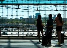 火车站平台的三个女孩从后面看的c 库存照片