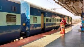 火车站平台的,印度等待的妇女 免版税库存照片