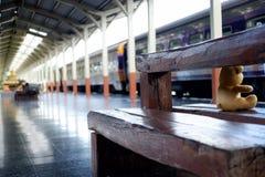火车站木头椅子 免版税库存照片