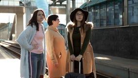 火车站的三位妇女乘客讲话火车的延迟的忧虑 股票视频