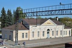 火车站的大厦在Vyritsa在春天  免版税库存图片