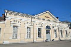 火车站的大厦在Vyritsa在春天  库存照片