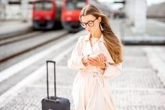 火车站的妇女 图库摄影