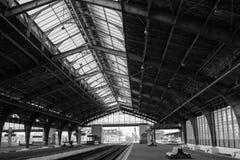 火车站的平台在加里宁格勒,俄罗斯,黑白照片,老照片 免版税库存图片