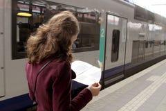 火车站的旅游妇女 免版税图库摄影