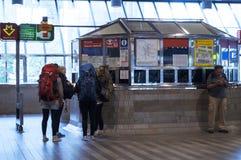 火车站的背包徒步旅行者 免版税库存图片