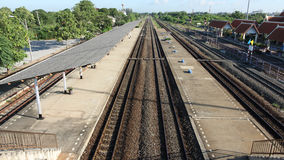 火车站看铁路轨道线,平台,俯视图 免版税图库摄影