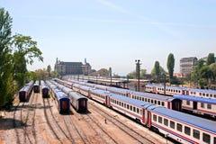 火车站跟踪无盖货车 免版税图库摄影