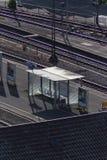 火车站跟踪火车和基础设施从顶视图 免版税库存图片