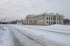 火车站雷宾斯克冬天多云天的大厦 库存图片