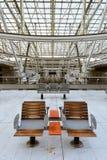 火车站,夏尔・戴高乐机场,巴黎-椅子 免版税库存图片