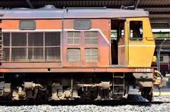 火车等待在火车站华Lamphong平台  免版税库存图片