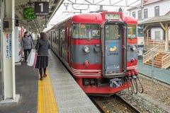 火车被停止在轻井泽火车站 免版税库存图片