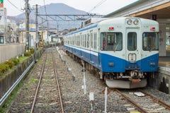 火车被停止在Fujikyu火车站 免版税库存图片