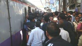 从火车走出去的人们在一个拥挤火车站在孟买 股票视频