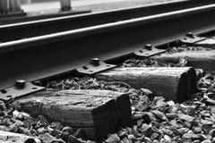 火车轨道在冬天 免版税库存图片