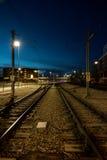 火车轨道在晚上 库存照片