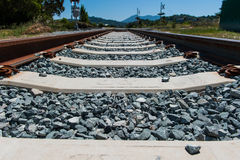 火车轨道的低角度视图 免版税库存图片