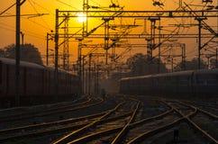 火车,铁路,在主要火车站的铁路轨道在日落,日出 免版税库存照片