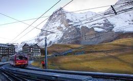火车离去克莱茵沙伊德格驻地对Jungfraujoch 免版税库存图片