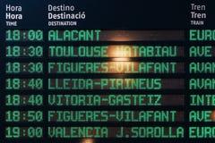 火车离开和到来信息委员会巴塞罗那驻地的 免版税库存照片