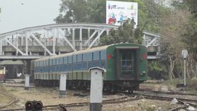 火车-机车:绿色火车离去与在前景的白色定向塔 影视素材