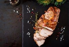 火鸡烤圣诞节火腿在黑暗的土气背景的 免版税库存照片
