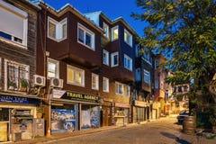 火鸡 伊斯坦布尔 公寓Sultanahmet 在一条狭窄的街道上的老木房子在区域Sultanahmet 免版税库存图片