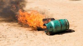 火,当被倒置的汽油箱 免版税库存图片