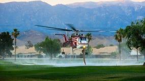火直升机装货水 库存图片