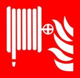 灭火水龙带卷轴标志 在红色背景的紧急标志 库存图片