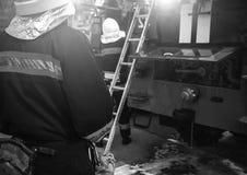 灭火的消防车 熄灭火的消防队员 库存照片