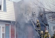 灭火的消防队员在一栋连栋房屋在帕尔默公园,马里兰 库存照片