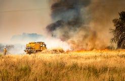 灭火的消防队员 免版税库存图片