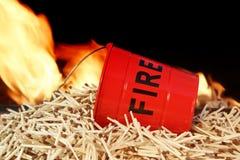 灭火水桶、比赛和火焰 免版税库存图片