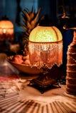 灯、果子和瓶花瓶 免版税库存照片