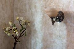灯台在墙壁和花安置在Th的角落 库存图片