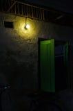 灯和墙壁 免版税库存照片