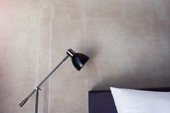 灯和枕头的零件在卧室 免版税库存照片