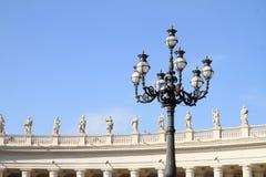 灯和雕象在广场圣彼得罗在梵蒂冈 免版税图库摄影