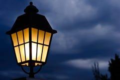 灯和雨云 免版税库存照片