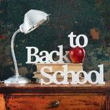 灯回到学校概念苹果计算机的文本信件 免版税库存图片