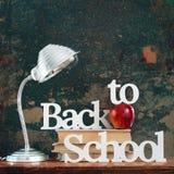 灯回到破旧学校的概念的文本信件 免版税库存照片