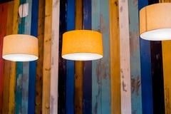 灯圈子桔子 吊车灯 与葡萄酒电灯泡的现代,减速火箭的下垂光 图库摄影