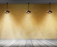 灯在有墙壁和木地板内部背景的空的屋子里 库存图片