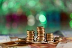 绿灯在背景中喜欢圣诞树和金钱在焦点 库存照片