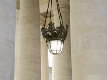 灯在stpeterssquare的柱廊在罗马意大利 图库摄影