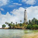 灯塔、盐水湖和热带棕榈马塔勒斯里兰卡 免版税库存图片