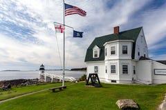 灯塔与旗子的马歇尔点在缅因 库存图片