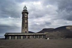 灯塔作为火山爆发的提示在海岛上的 库存图片